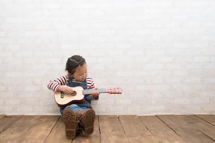 jouer-de-la-musique-enfant