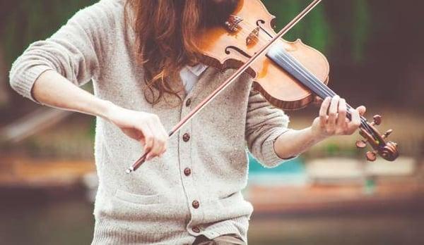 Jeune femme jouant du violon