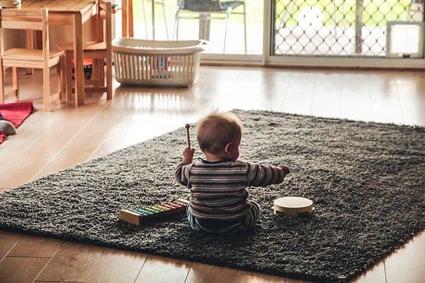 éveil musical : bébé jouant de la musique
