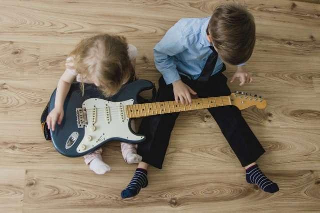 enfants avec guitare électrique