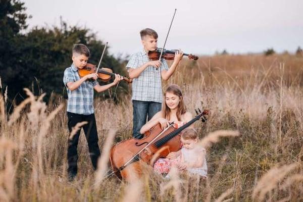 enfants jouant de la musique : violon et violoncelle