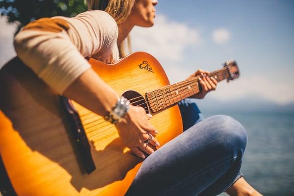 Guitariste latino femme