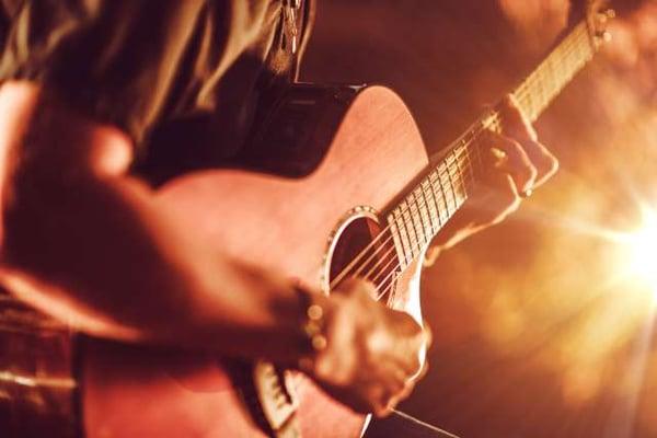 jouer-guitare-acoustique