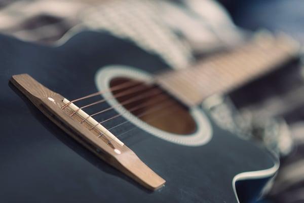 Jouer de la guitare - Allegro Musique