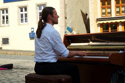 Jouer des morceaux au piano