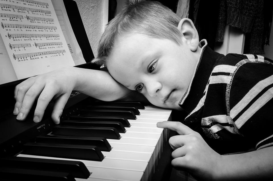 Petit garçon jouant du piano