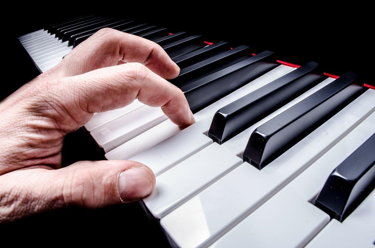 jouer au piano adulte