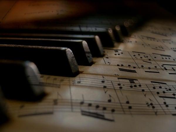 lecture d'une partition simple au piano