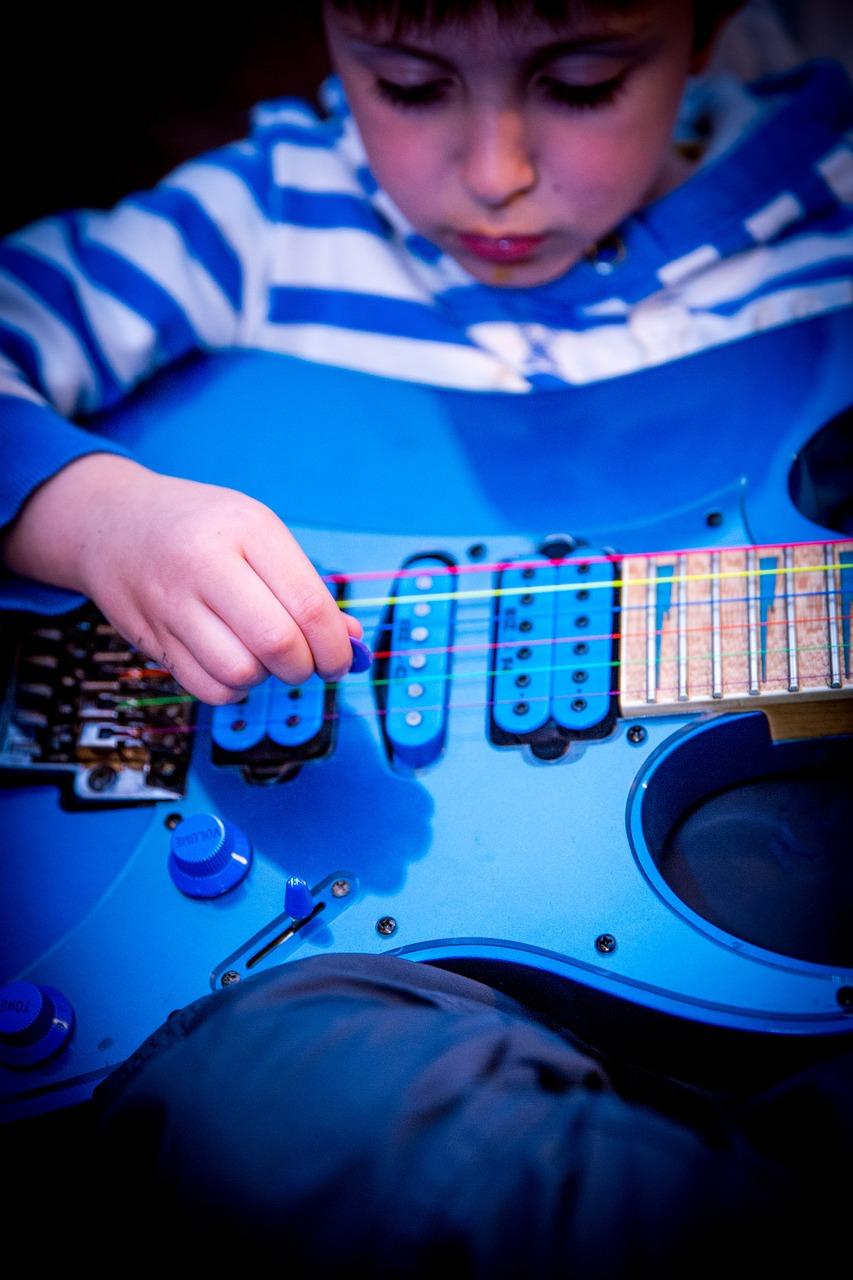 enfant-debuter-la-guitare