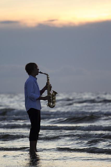 saxophone sur la plage pendant vacances