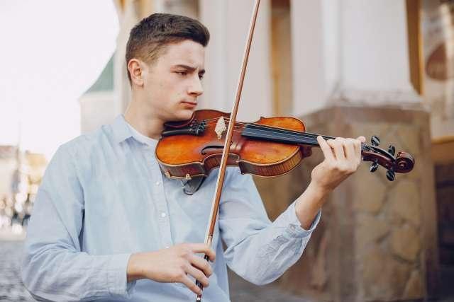 jeune homme violon défaut